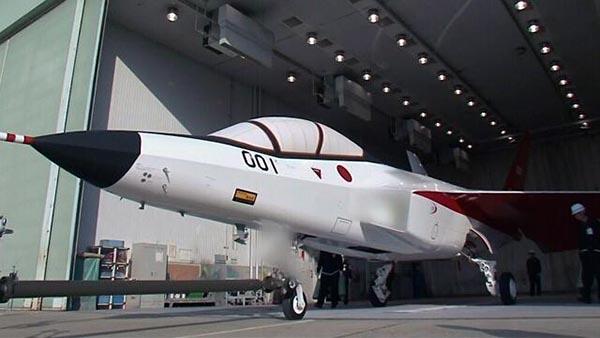 日本媒体报道,日本企业研发的这款隐形战斗机采用与美国F-35隐形战斗机类似的技术,整个项目已投入数亿美元。共同社27日援引一名防卫省消息人士的话说,这款战斗机机身全长14.2米、宽9.1米、高4.5米。为提高隐形性能,飞机配备有先进的国产发动机,机身则采用不易被雷达捕捉的碳纤维电波吸收材料,可谓融合了日本本土企业的最新技术。