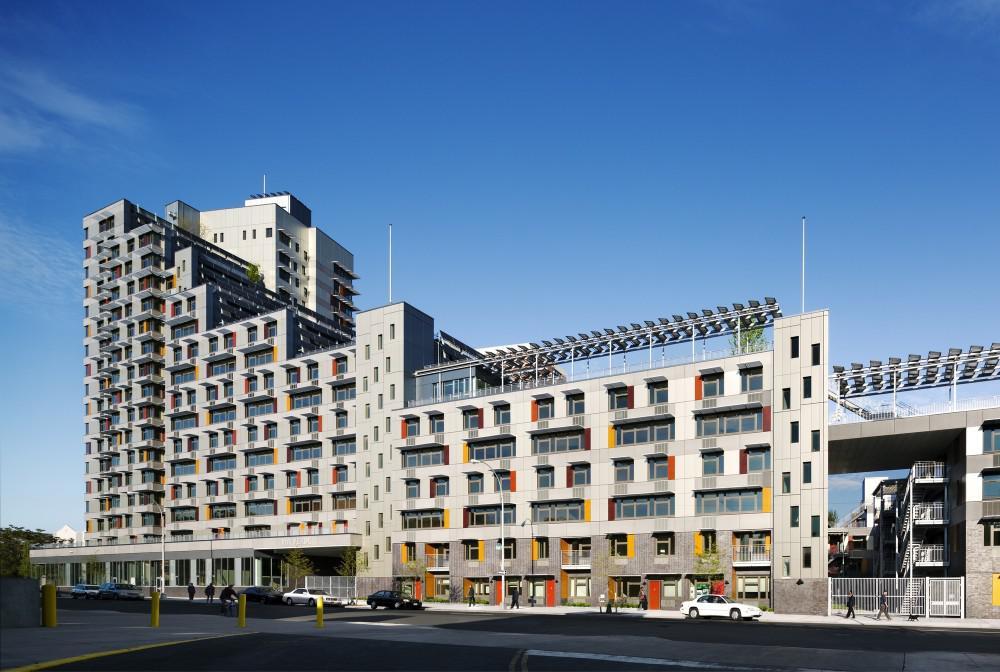 Via Verde是一个可负担住宅及商业的混合开发项目,包括150套家庭收入在40-60%AMI的可负担租赁住宅以及71套家庭收入在70-100%AMI的可负担销售住宅。由于南布朗克斯区的哮喘发病率一直高于全国水平,设计希望能够为居民提供更优质的室外空间,因此项目最突出的特点是利用多种绿色建筑策略促进居民的健康生活。该项目采取住宅组团的形式,由一幢20层高层住宅、一幢6-13层公寓以及2-4层联排公寓围绕着一个中心庭院组成。建筑师采用了南部设置低层住宅,逐渐过渡到北侧高层的设计策略,租赁住宅部分设置在高层