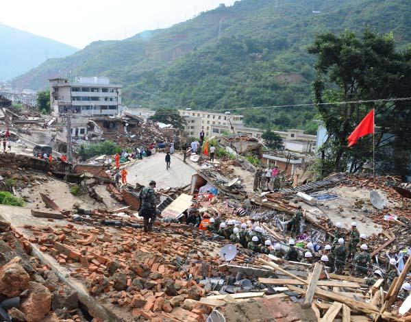日,救援人员在鲁甸县龙头山镇展开施救._新华社 图-鲁甸震后龙头
