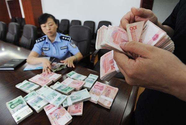 警察清点查获的赌资.