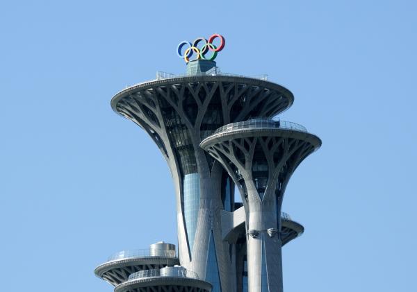 北京奥林匹克塔的塔体由五座186米至246.8米高的独立塔组合而成,其以生命之树为设计理念,寓意为生命之树从地壳破土而出,自然生长,在塔的顶部逐渐向四周延展,形成树冠形态。五个高低不同的塔身在空中似合似分,造型独特,蕴含着奥运五环蓬勃向上的精神风貌。该塔未来将向社会开放,并承担起城市标志景观、旅游观光、文化展示、环保监测和大型活动监测等多重功能。