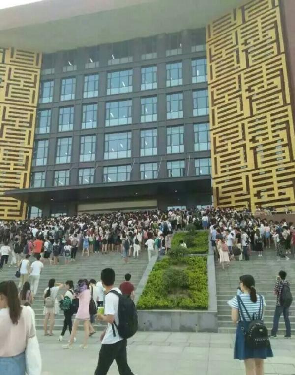 河南郑州某高校上千名大学生蹭空调挤爆图书馆,有学生受轻伤