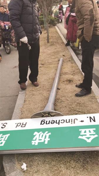 1米8高路牌突然倒下,江苏涟水女教师为保护学生