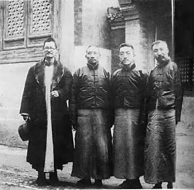 蒋梦麟、蔡元培、胡适、李大钊(由左至右)合影