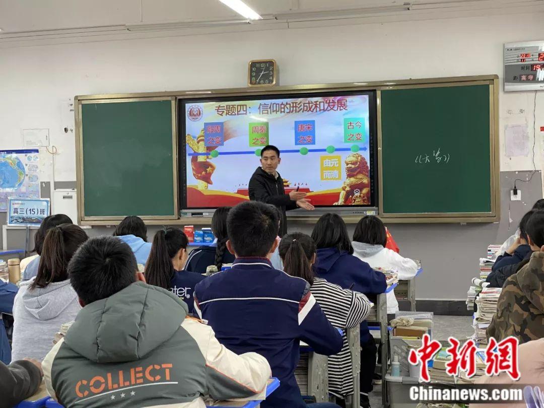 刘秀祥在给学生们上课 李婧 摄