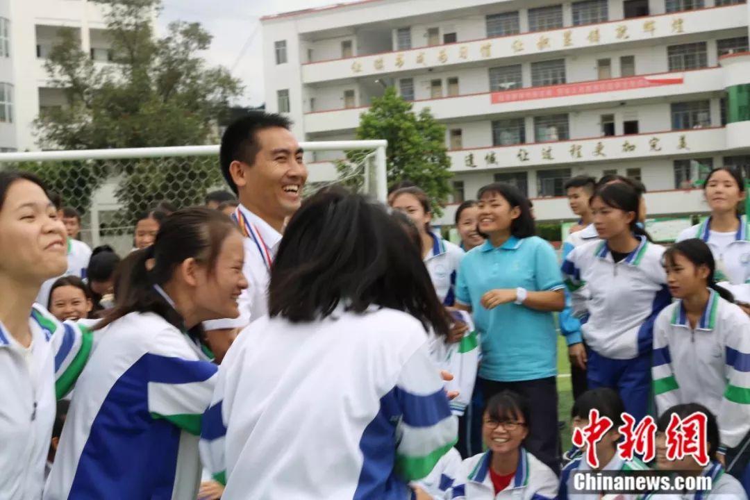 刘秀祥和学生们在一起 受访者供图