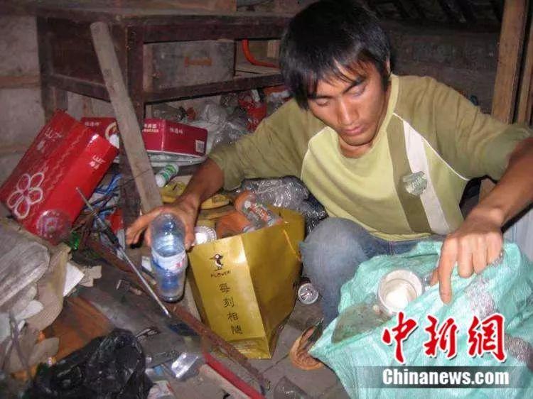 刘秀祥整理捡回来的废品 受访者供图