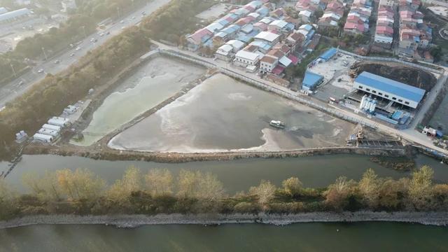 岳阳市东风湖水环境综合治理工程青年堤调蓄池建设现场