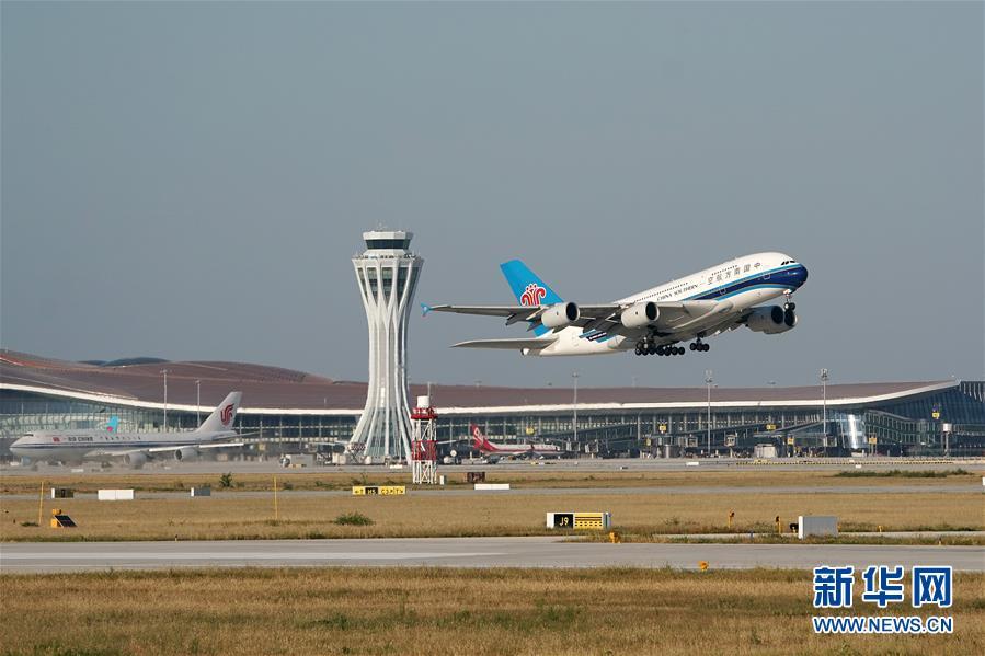 9月25日,中国南方航空公司的CZ3001次航班从北京大兴国际机场起飞。当日,北京大兴国际机场正式通航。 新华社记者 鞠焕宗 摄