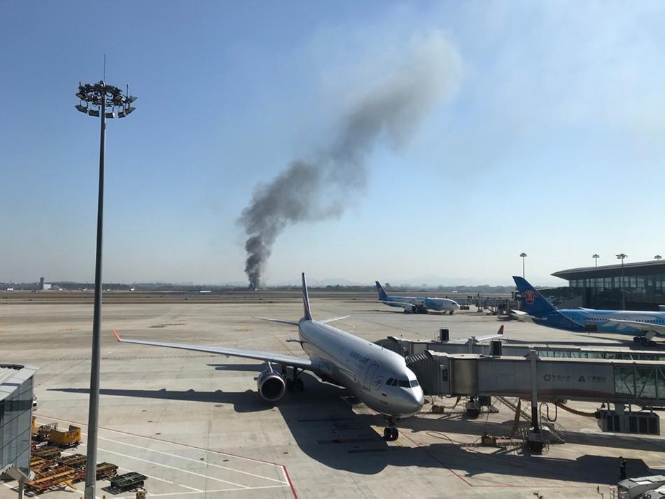 12月11日11:30许,白云机场东跑道围界表发生火情。 @后海的老鼠 图
