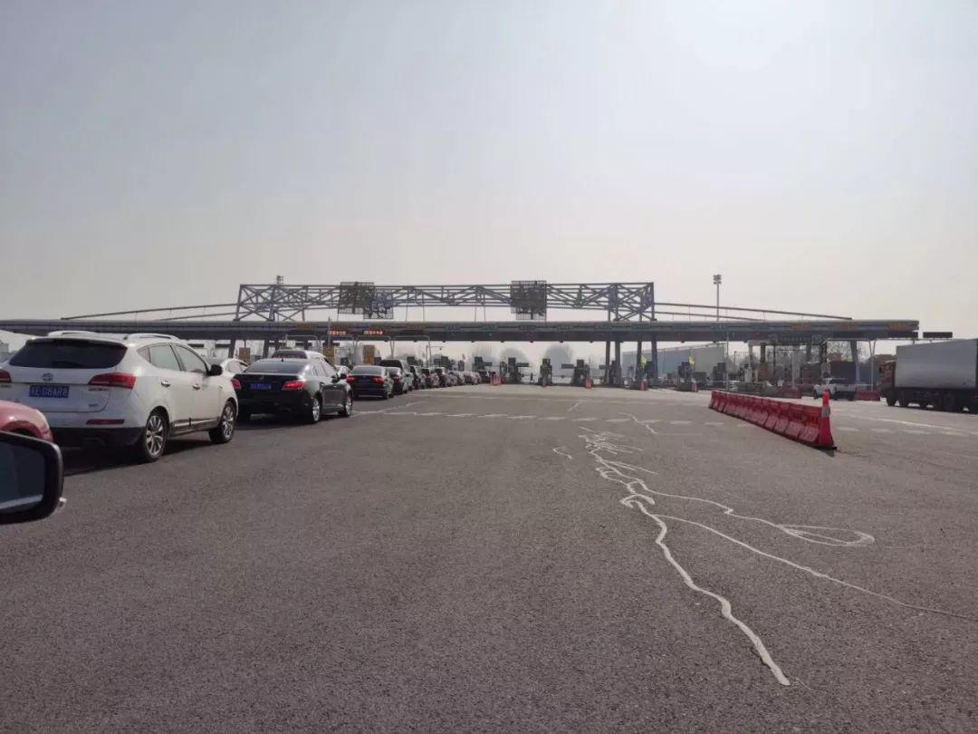 12月10日上午,芜合高速雍镇收费站出口只留一个车道给未办ETC车辆通行,现场排起了长队,这个收费站出口共有16个车道。
