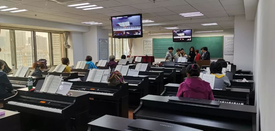 金陵老年大学的电钢琴课堂。