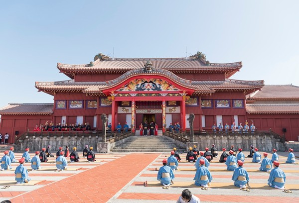 冲绳民众在首里城正殿前举行传统仪式(冲绳时报)