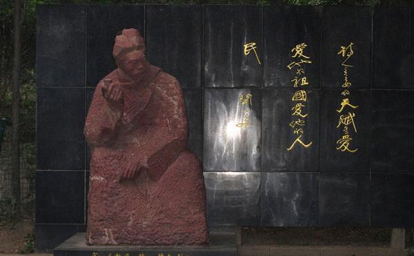 清华大学内的闻一多塑像。