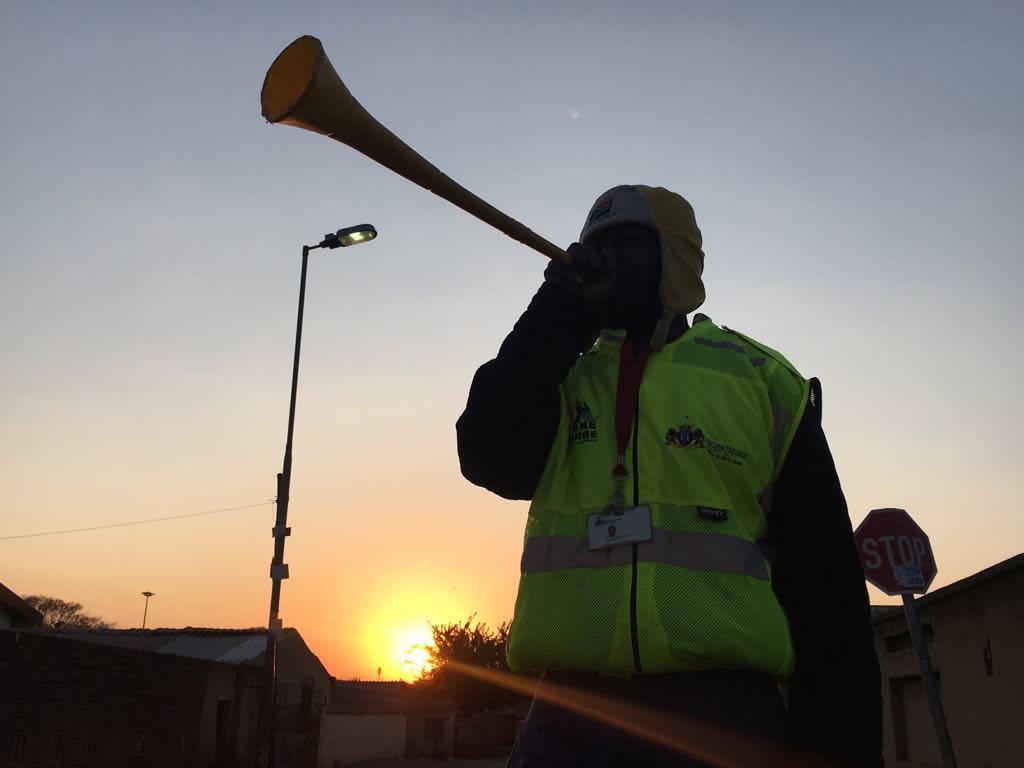 一名索维托巡逻员为拍照摆出姿势,举起了他的呜呜祖拉,南非约翰内斯堡索维托,2019年9月19日。汤森路透基金会Kim Harrisberg摄。