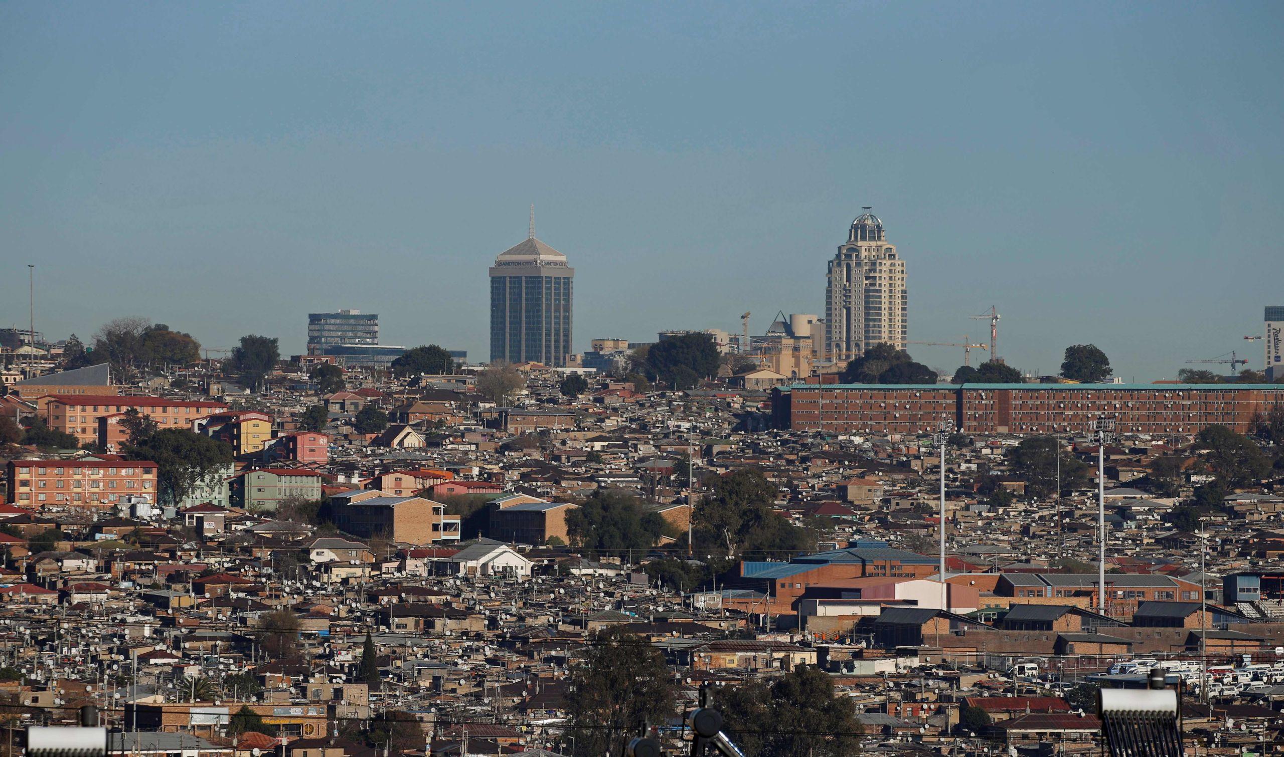 Alexandra Township城市风貌图,该地区是为大量无法获得合适居住地的南非人提供的临时解决方案,位于南非约翰内斯堡富人汇集的Sandton郊区附近,2016年7月28日。路透社Siphiwe Sibeko摄。