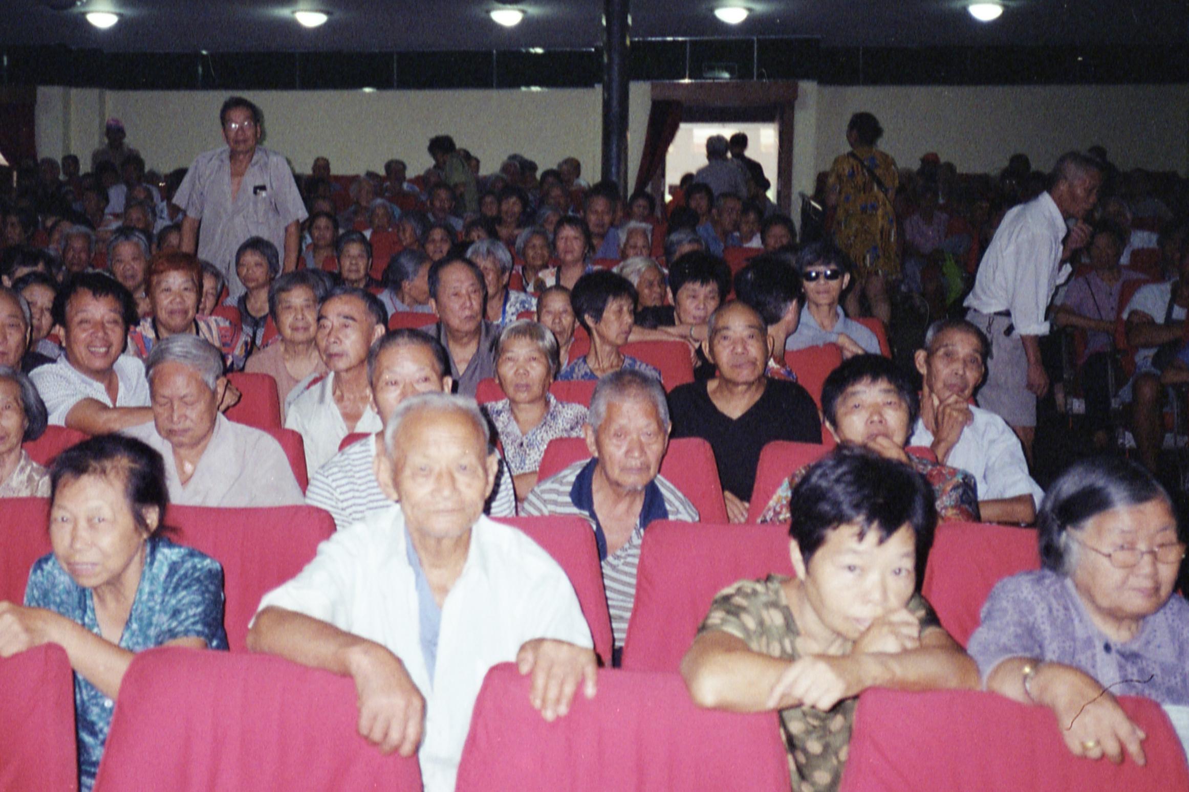 2018年7月,浙江临海,早上6点,旧时的台州影剧院内坐满了老人。澎湃新闻记者 周平浪 图