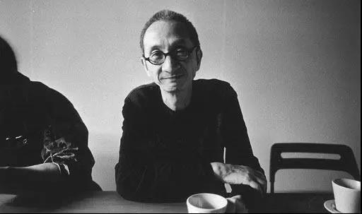 陈传兴,法国高等社会科学学院语言学博士,台湾纪录片导演、作家、摄影家,行人文化实验室创办人,台湾清华大学副教授,2012年获颁法国艺术与文学勋位(军官勋章)。系列文学纪录片《他们在岛屿写作》总监制,代表纪录片作品《如雾起时》《化城再来人》《掬水月在手》。