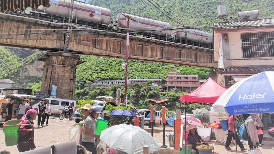 镇口农贸集市 形形色色的人群。