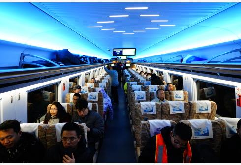 12月30日,旅客乘坐G8811次列车从北京北站前往太子城站。 当日,北京至张家口高速铁路开通运营,崇礼铁路同步通车。 新华社 图