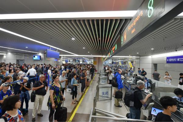 浦东国际机场口岸去年出入境人员数超3900万人次 。 新民晚报 图