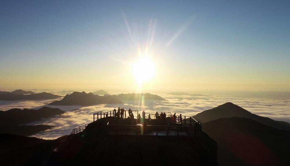 2020年1月1日,人们在福建省泉州市德化县石牛山主峰观看日出(无人机照片)。 新华社 图