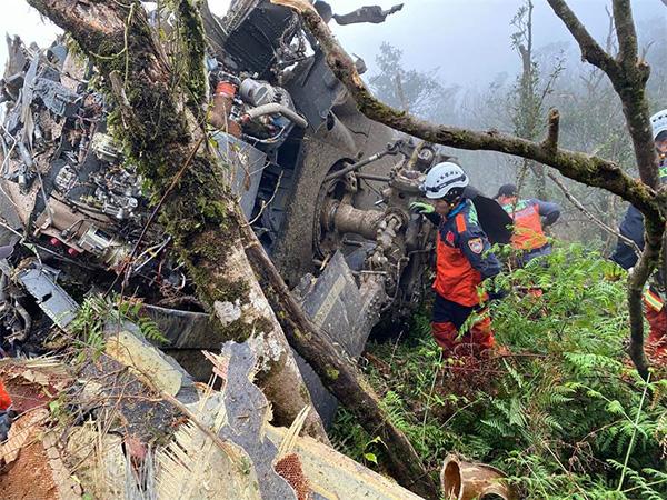 """台湾媒体:台黑鹰直升机坠毁8死5生还,""""参谋总长""""罹难"""