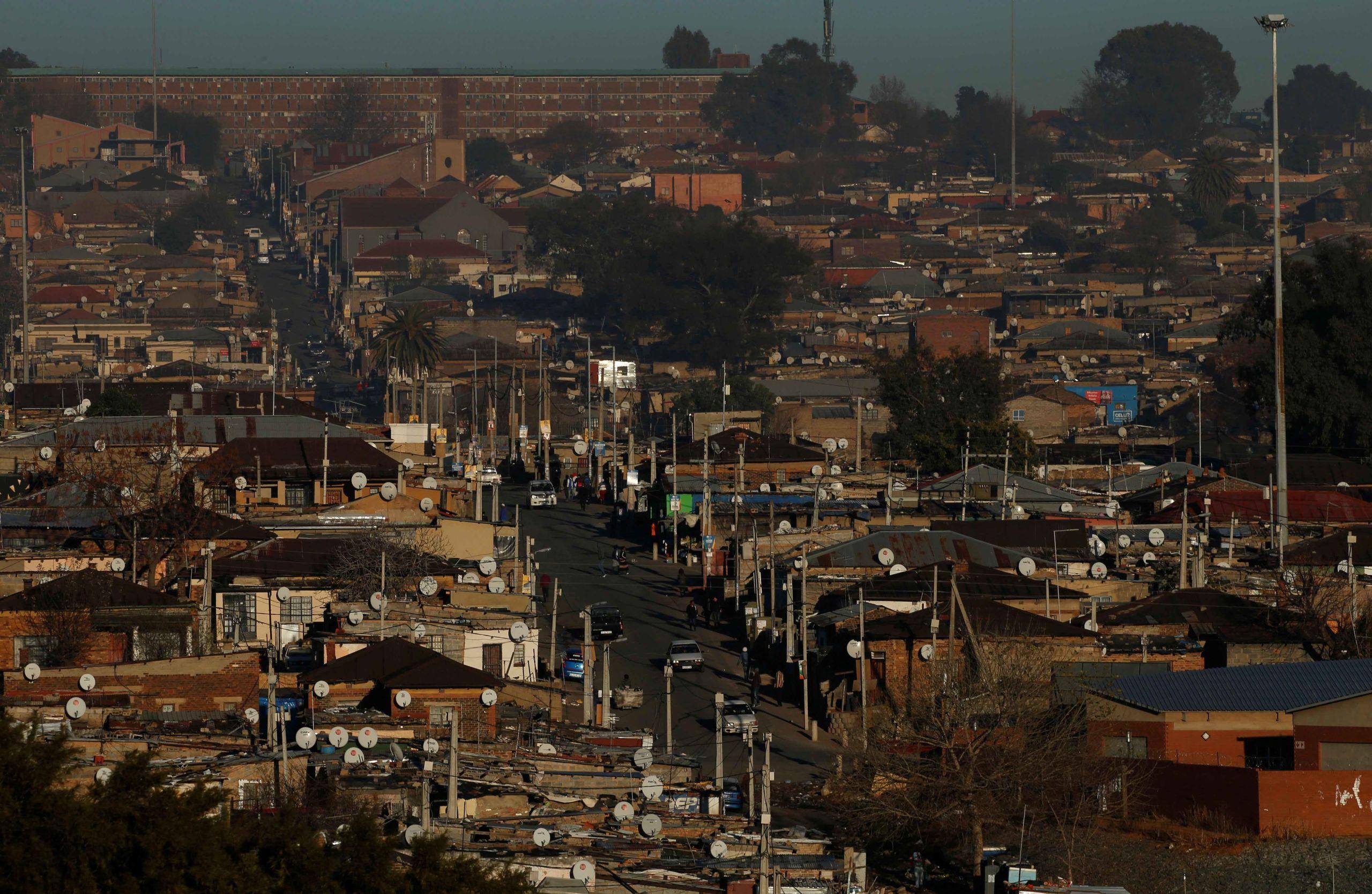Alexandra Township城市风貌图,该地区是为大量无法获得合适居住地的南非人提供的临时居所,位于南非约翰内斯堡桑顿郊区的富人汇集区附近,2016年7月28日。路透社Siphiwe Sibeko摄。