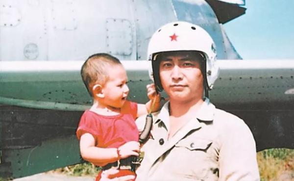 南海舰队政委慰问王伟烈士家属:19年,我们从未忘记