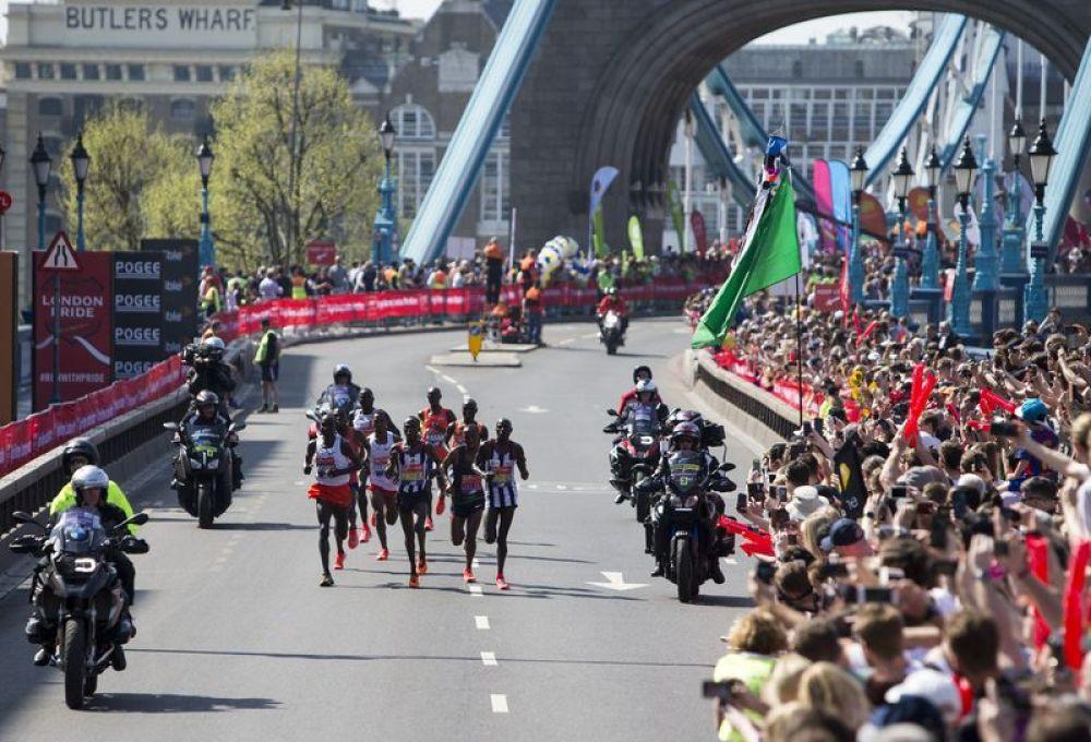 2018年4月22日,伦敦马拉松赛中,男子精英组选手在比赛中跑过伦敦塔桥。新华社发(徐晖摄)