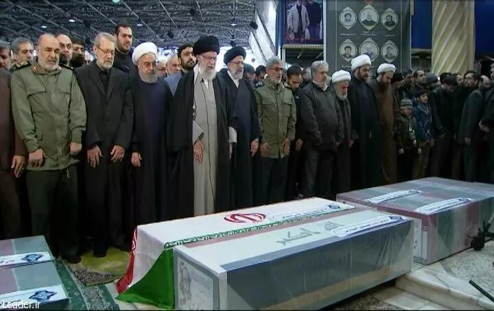 伊朗最高领袖哈梅内伊在苏莱曼尼棺木旁祷告