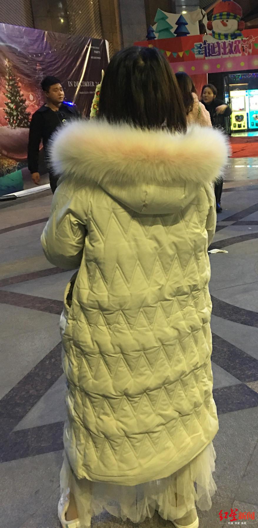 羅某京在夜市買了新衣服后,將其穿上。
