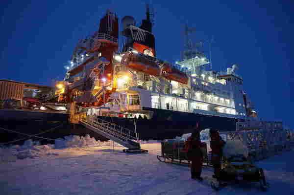 """德国破冰船""""北极星号""""停泊在一块浮冰旁;接下来的一年间,科学家们希望随冰漂流,开展研究。本文图均为 拉文娜·科尼格 摄"""