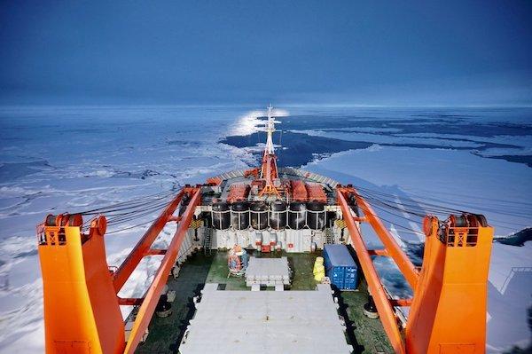 """为了MOSAiC计划,俄罗斯科考船""""费德洛夫院士号""""正帮忙寻找合适的浮冰,穿过北冰洋中心的浮冰群。"""