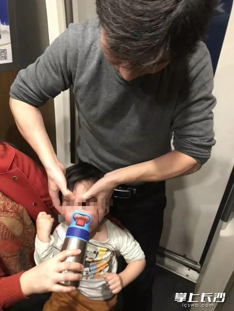 长沙两位医生正在合力抢救孩子。