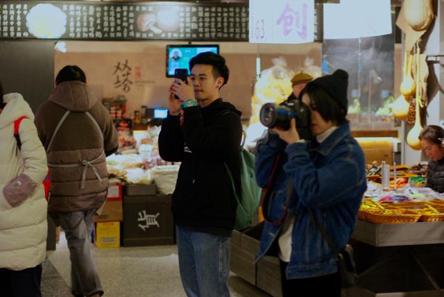 小胡和伙伴在市集拍照