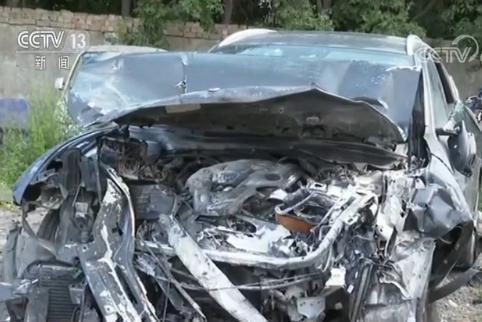 事故中被撞起火燃烧后的宝马车 图据央视新闻