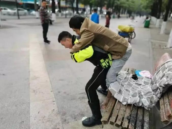 """广东一拾荒男子""""戏弄""""流浪汉将其烧伤还上前聊天,被刑拘"""