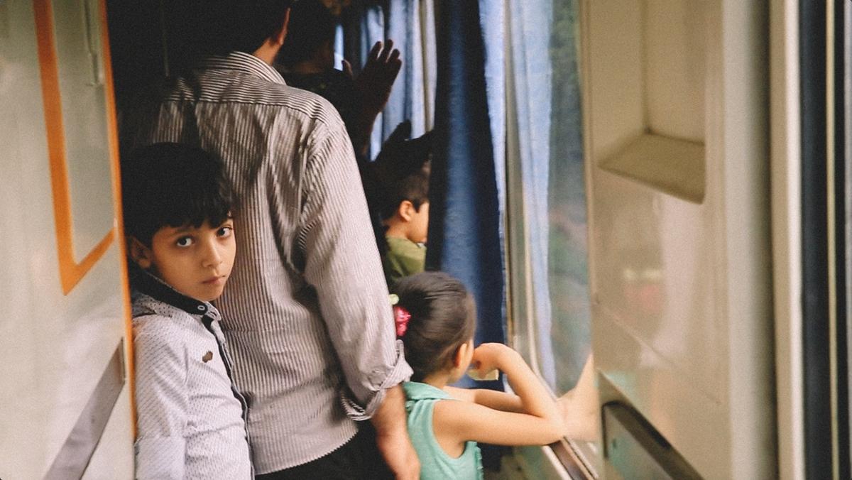 火车上,几个孩子靠在窗前看风景