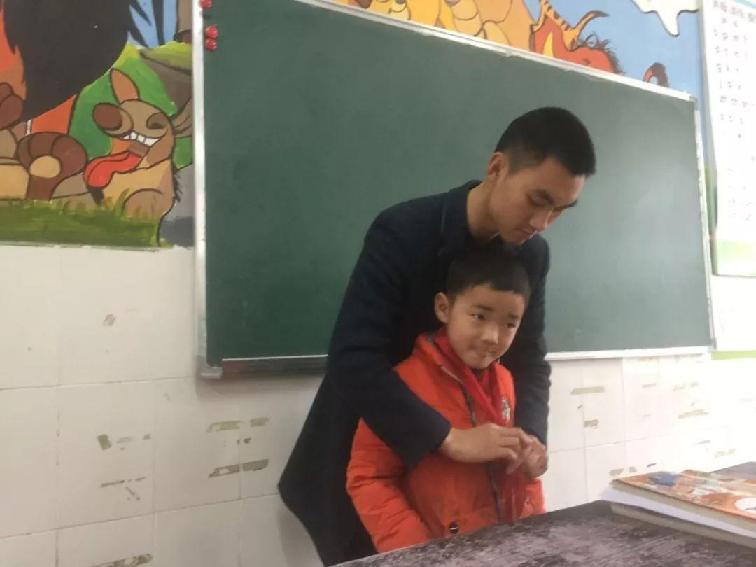 教学生系红领巾