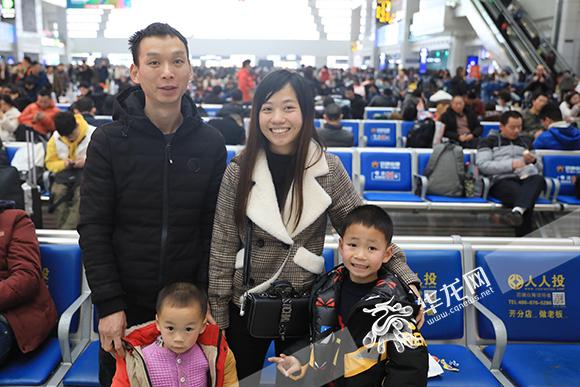 龙红玉一家三口正在候车大厅候车。华龙网-新重庆客户端记者 谢鹏 摄