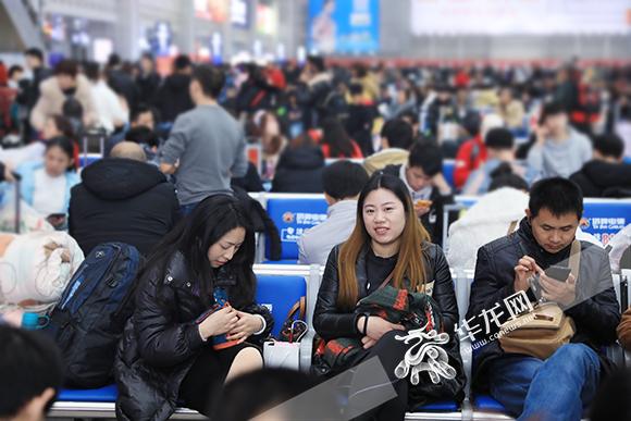 旅客正在候车。华龙网-新重庆客户端记者 谢鹏 摄