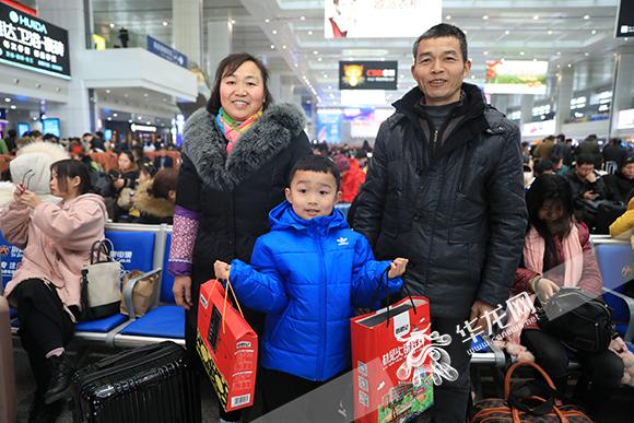 返乡的旅客,拿着重庆特产火锅底料。华龙网-新重庆客户端记者 谢鹏 摄