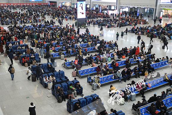 重庆北站北广场候车大厅,客流量较大。华龙网-新重庆客户端记者 谢鹏 摄