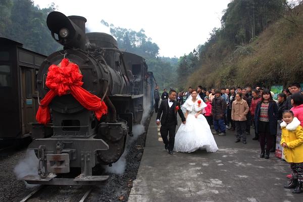 当地村民包租小火车作为婚车