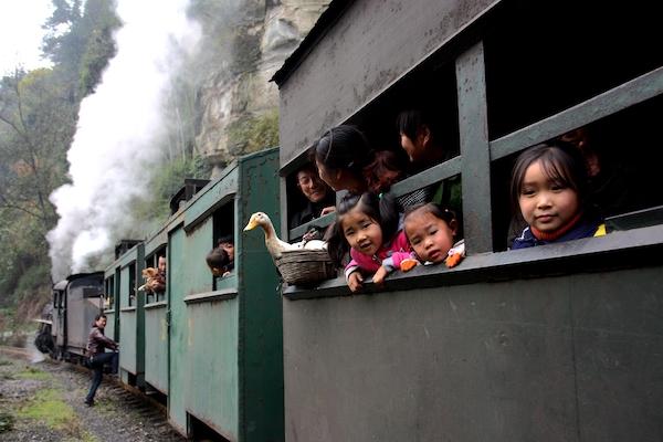 当地村民乘坐小火车赶场