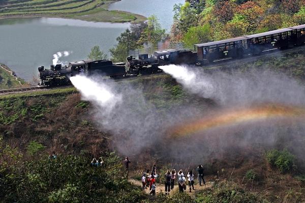小火车在亮水沱喷出的蒸汽形成彩虹
