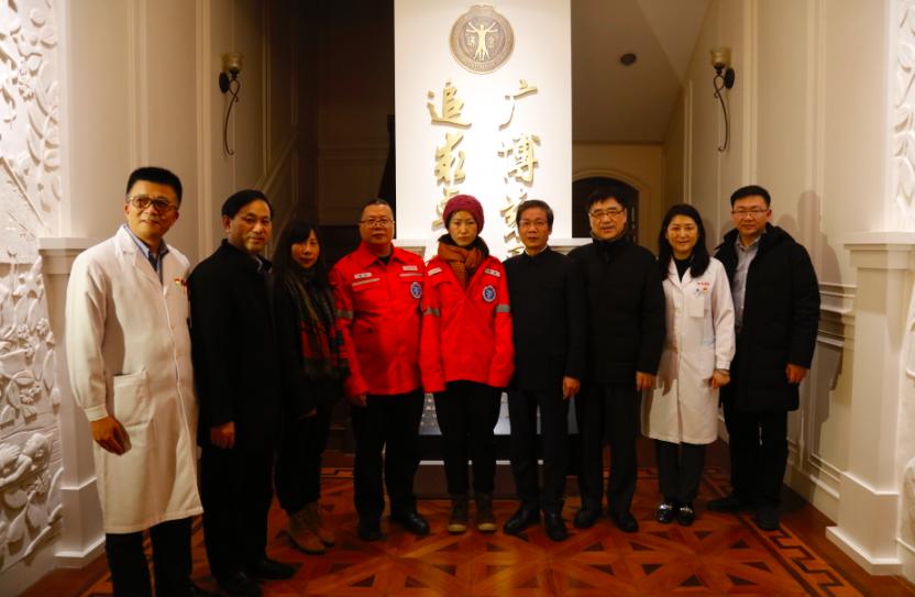 穿上医院准备的出征服,两名医务人员将暂别上海的瑞金医院,奔赴武汉疫情一线