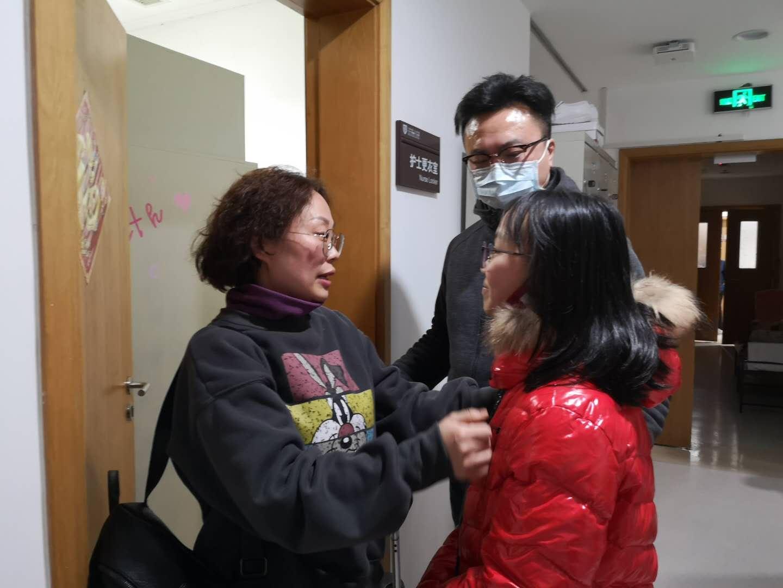 许虹与家人告别,12岁的女儿规定妈妈,一定要做好防护措施并且每天跟她汇报情况