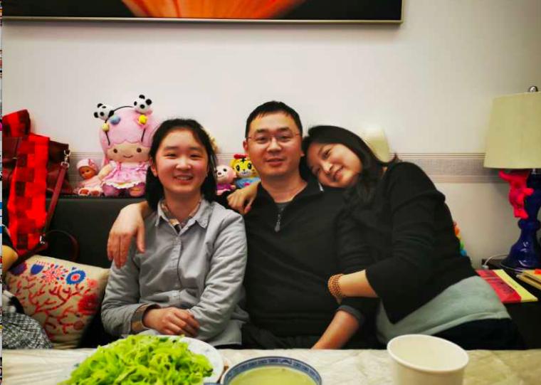 汪伟与家人匆匆提前吃完年夜饭,拍一张合照放在手机里